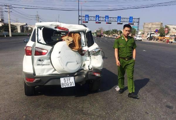 Chiếc ô tô chở theo 3 hành khách bị hư hỏng nặng sau cú tông từ phía sau