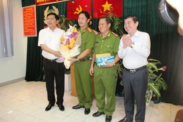 Bí thư Thành ủy TP.HCM Đinh La Thăng khen thưởng trinh sát hình sự bắt tội phạm trên phố ảnh 3