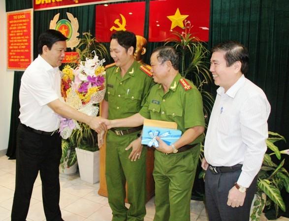 Bí thư Thành ủy TP.HCM Đinh La Thăng khen thưởng trinh sát hình sự bắt tội phạm trên phố