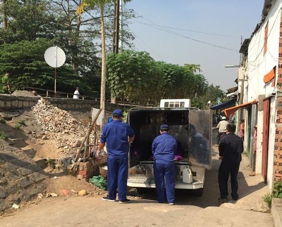 Thi thể nạn nhân được đưa về nhà xác phục vụ điều tra