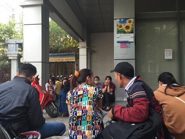 Nhân viên có mặt tại trụ sở công ty Mặt Trời để đòi lương và quyền lợi