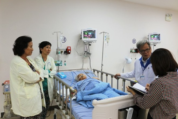 Bệnh nhân Nguyễn Thị Chiên đang được điều trị tích cực tại phòng hậu phẫu