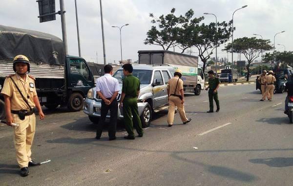 Chiếc xe chạy vào đường ngược chiều trên Đại Lộ Võ Văn Kiệt rồi gây tai nạn