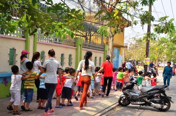 Các cô giáo di tản các em học sinh ra nơi an toàn
