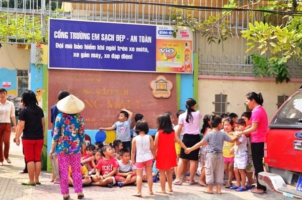 Các học sinh ở bên ngoài trường, đợi lực lượng PCCC vào kiểm tra