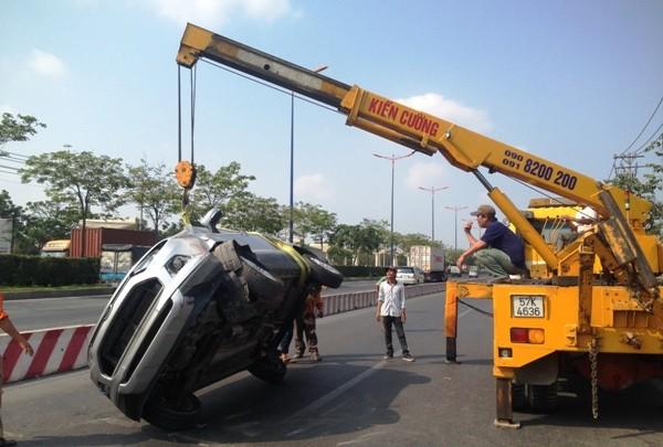 Chiếc ô tô 7 chỗ được lực lượng cứu hộ đưa đi sau vụ tai nạn