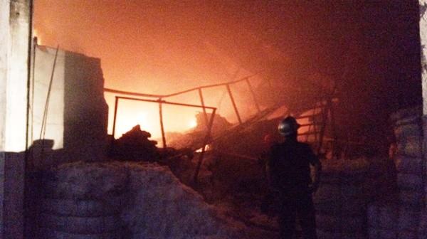 Các chiến sĩ cảnh sát phòng cháy chữa cháy tiếp cận hiện trường