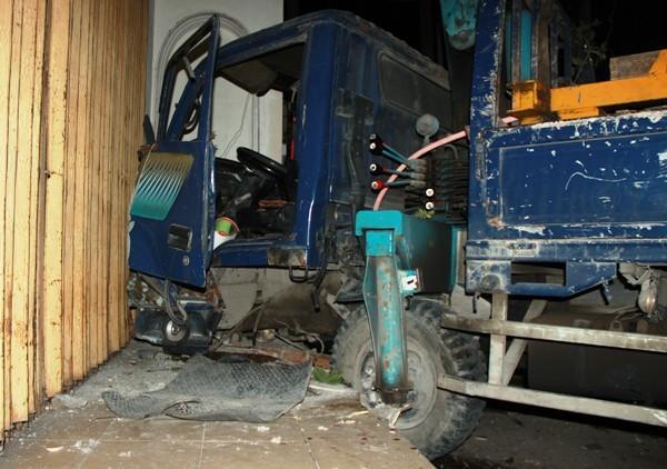 Mất phanh, xe cẩu lao khỏi dải phân cách, 2 người bị thương nặng ảnh 2
