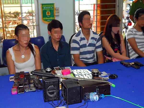 Những người tình nghi phạm pháp, bị tạm giữ tại cơ quan Công an