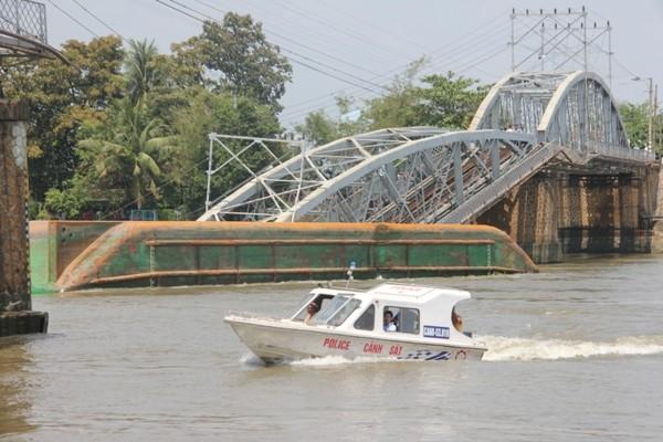 Hình ảnh cứu hộ, tìm kiếm người mất tích vụ sập cầu Ghềnh ảnh 1