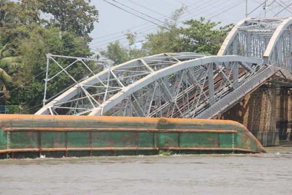 Hình ảnh cứu hộ, tìm kiếm người mất tích vụ sập cầu Ghềnh ảnh 3