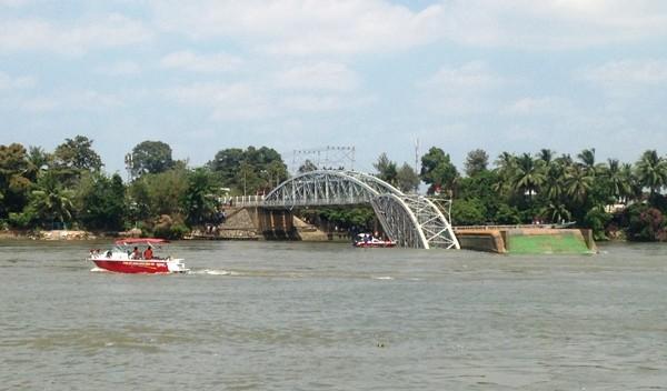 Hình ảnh cứu hộ, tìm kiếm người mất tích vụ sập cầu Ghềnh ảnh 6