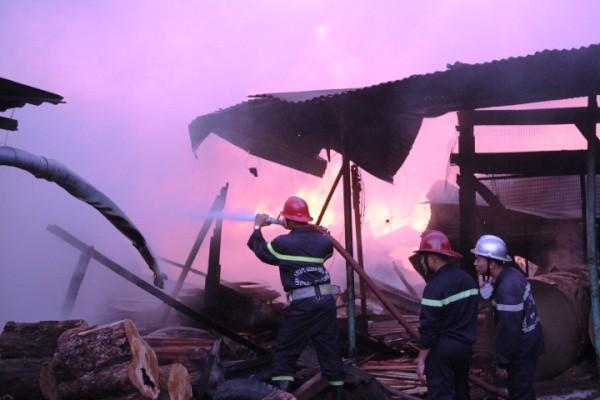 Các chiến PCCC nỗ lực dập lửa