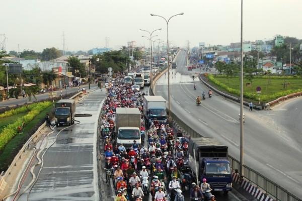 Lực lượng chức năng phong tỏa 1 làn quốc lộ 1A, khiến tình trạng kẹt xe kéo dài