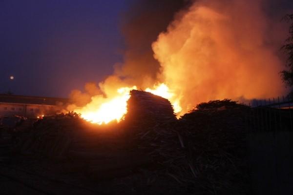 Ngọn lửa bùng phát dữ dội