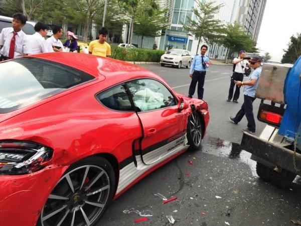 Nhiều phần của xe vỡ vụn