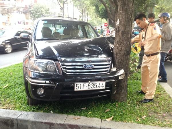Ô tô 7 chỗ tông vào gốc cây ven đường