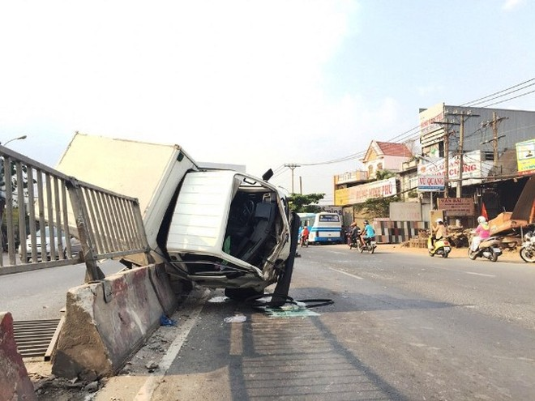 Chiếc xe tải nằm lơ lửng trên dải phân cách