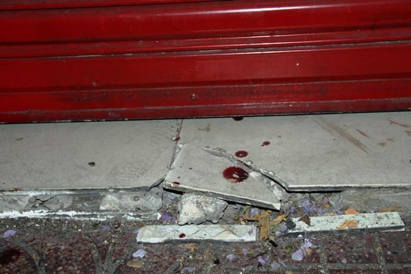 Vết máu trước cửa hàng