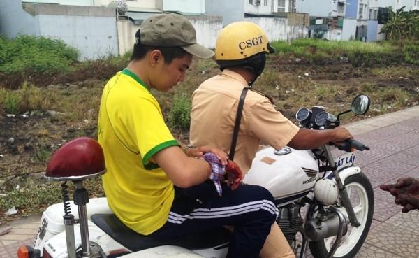 Chiến sĩ CSGT đưa nam sinh đi cấp cứu