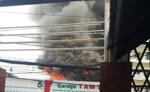 Khói lửa bốc lên ngùn ngụt tại garage