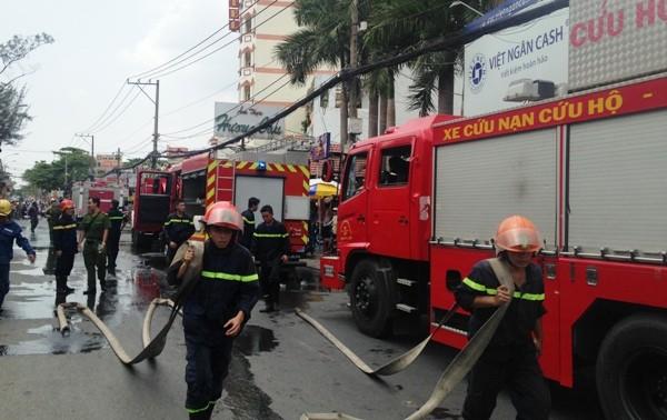 Lực lượng PCCC đến hiện trường dập lửa