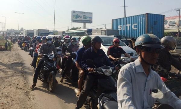 Hàng ngàn phương tiện phải nhích từng chút một để qua đoạn đường xảy ra tai nạn