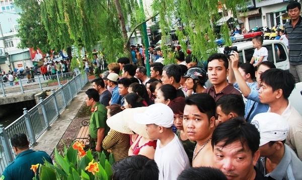 Hàng trăm người dân đứng 2 bên bờ kênh theo dõi vụ việc