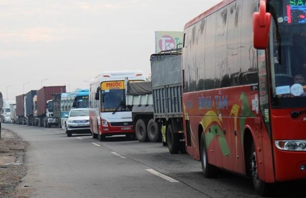 Quốc lộ 1 ùn ứ kéo dài, nhiều phương tiện nối đuôi nhau