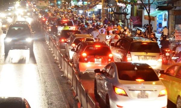 Hàng ngàn phương tiện nhích từng chút qua khu vực tai nạn