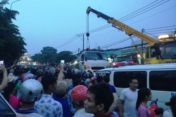 Xe cứu hộ nâng xe tải để lực lượng chức năng đưa 2 thi thể ra ngoài