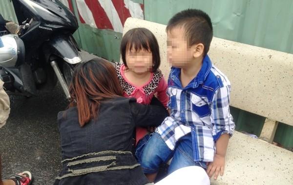 Người vợ ôm 2 con nhỏ gào khóc thảm thiết