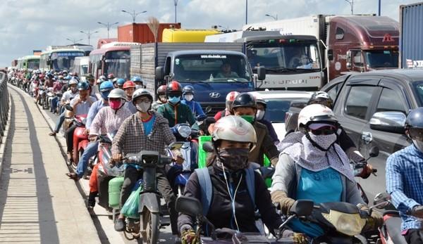 Xa lộ Hà Nội kẹt xe kéo dài