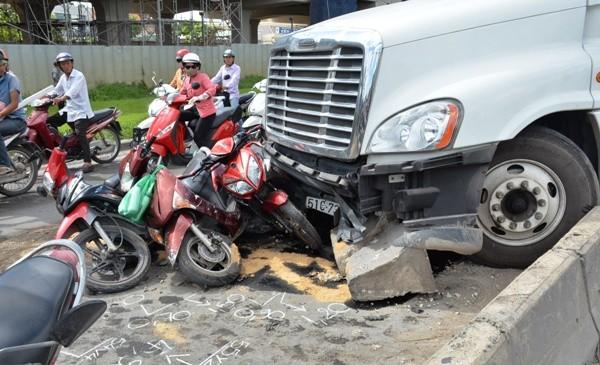 Nhiều xe máy bị húc văng