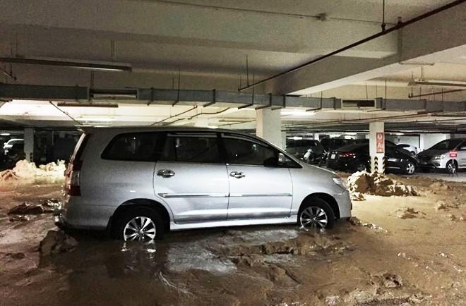 Hàng trăm khối bùn đất tràn vào hầm