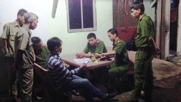 Lực lượng chức năng kiểm tra tài sản trên người nạn nhân