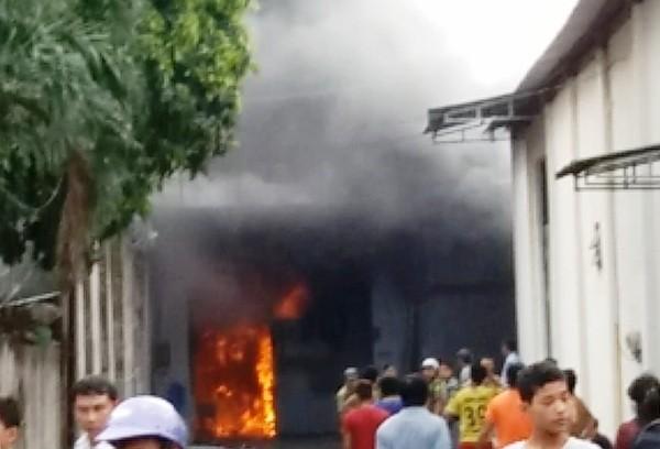Xưởng dệt bốc cháy dữ dội, thiêu rụi nhiều tài sản  ảnh 1