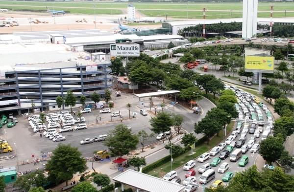 Hàng ngàn phương tiện nối đuôi nhau rời sân bay