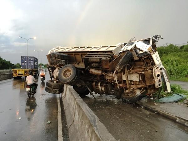 Xe tải lật nhào khi đổ dốc cầu lúc trời mưa ảnh 1