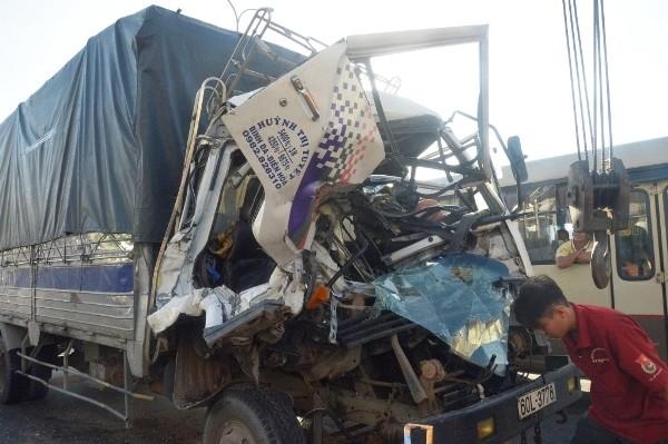 Cabin xe tải nát bét sau cú đâm mạnh vào đuôi xe tải khác