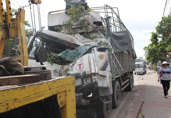Chiếc xe tải bẹp đầu sau tai nạn