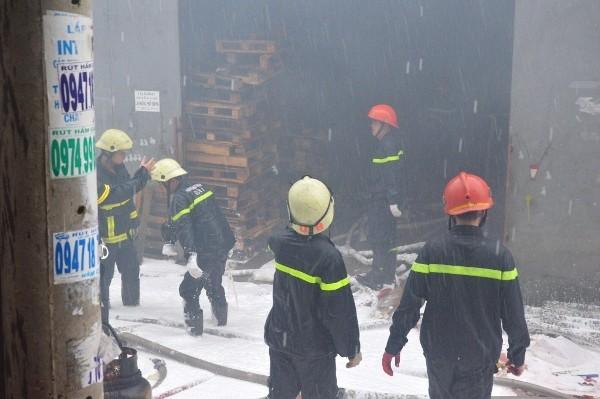 Công tác dập lửa gặp nhiều khó khăn