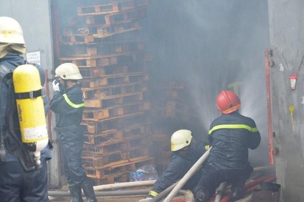 Các chiến sĩ nỗ lực dập lửa