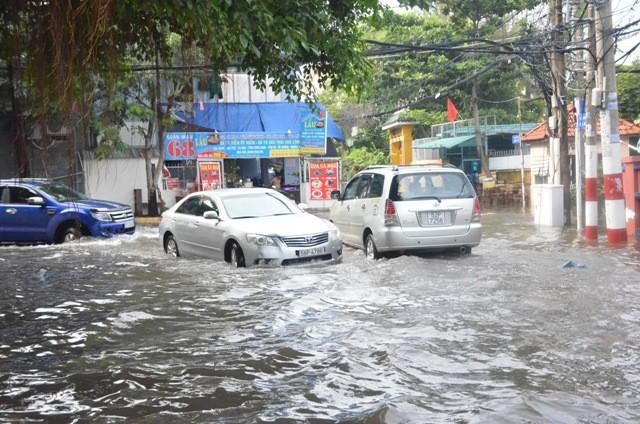 Đường 40, phường Thảo Điền, quận 2 vẫn còn chìm trong nước sau trận mưa lớn chiều 26/9