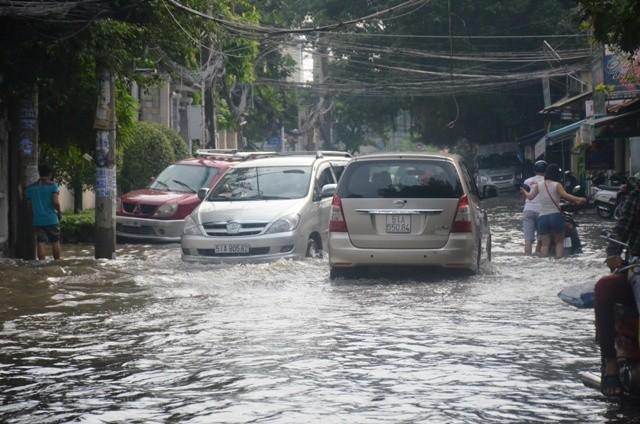 Đường Quốc Hương, quận 2 ngập trong nước sau trận mưa chiều 26/9