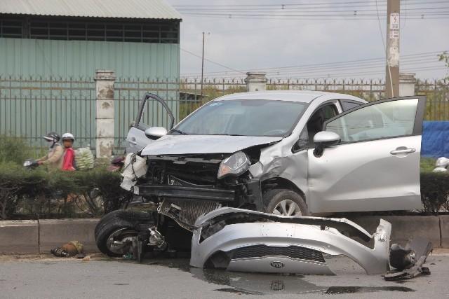 Đầu ô tô hư hỏng nặng, rách bươm