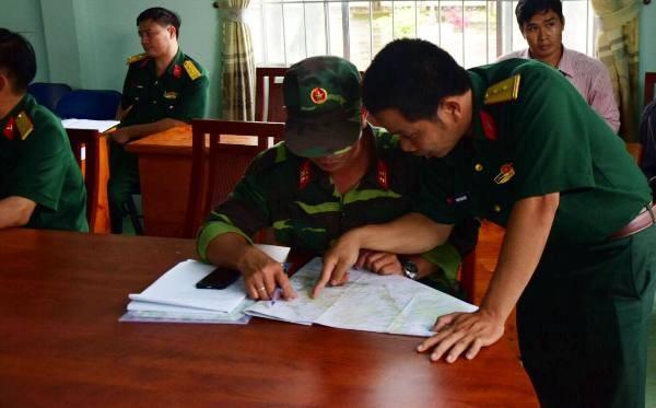 Lực lượng nhiều đơn vị họp bàn lên phương án tìm kiếm, cứu hộ - cứu nạn, tiếp cận hiện trường