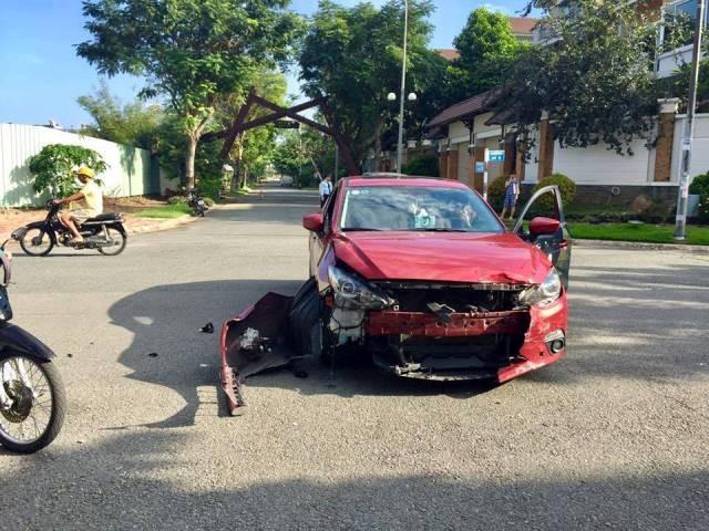 Ô tô màu đỏ hư hỏng nặng phần đầu sau cú tông mạnh