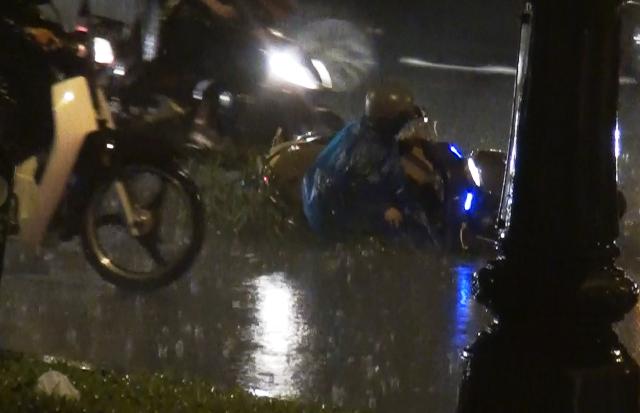 Một phụ nữ đi xe máy vấp phải hố, té ngã