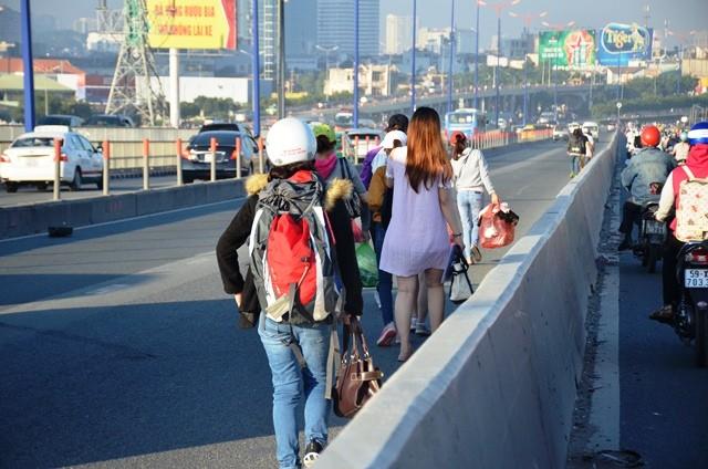 Nhiều hành khách tìm xe khác để tiếp tục lộ trình